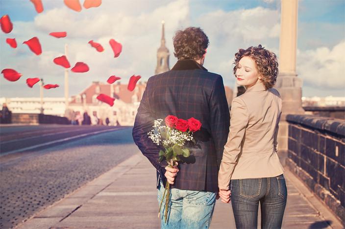 Verliebtes Pärchen mit Blumen