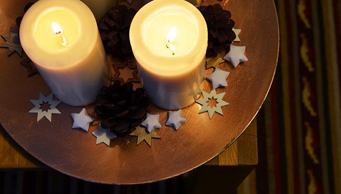 Wie Ihr super leicht weihnachtliche Sterne falten könnt, erfahrt Ihr auf dem Ernsting's family Blog: https://blog.ernstings-family.de/2015/12/sterne-falten/